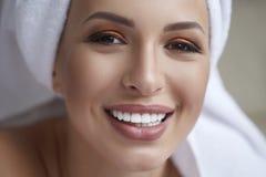 健康白色微笑关闭 有完善的微笑、嘴唇和牙的秀丽妇女 美丽的女孩理想的皮肤 漂白的牙 库存照片