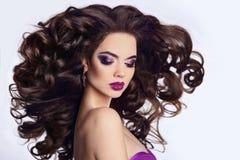 健康的头发 美丽的深色的女孩纵向 明亮的构成 B 免版税库存照片