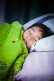 健康的子项 平安地睡觉在床上的小亚裔男孩 库存照片