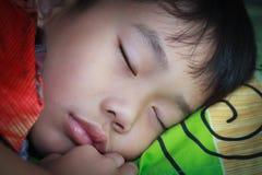 健康的子项 平安地睡觉在床上的特写镜头亚裔男孩 免版税库存照片