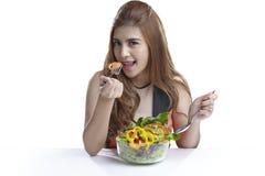 健康的少妇当前吃沙拉 库存图片