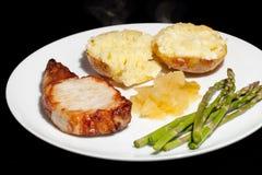 健康的正餐 猪腰牛排膳食用芦笋,被烘烤的potat 图库摄影