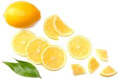 健康的食物 与在白色背景顶视图隔绝的绿色叶子的切的柠檬 免版税库存照片