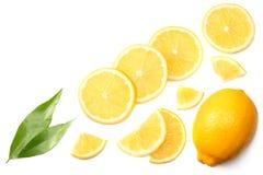 健康的食物 与在白色背景顶视图隔绝的绿色叶子的切的柠檬 免版税库存图片