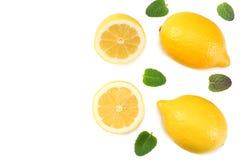 健康的食物 与在白色背景顶视图隔绝的绿色叶子的切的柠檬 库存照片