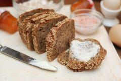 健康的食物 与种子和黄油的土气整个五谷面包 健康和饮食概念 查出 木背景 库存图片