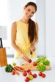 健康的食物 准备素食晚餐的妇女 生活方式, Eati 免版税图库摄影