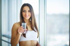 健康的食物 妇女饮用的柠檬戒毒所水 吃健康 库存照片