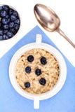 健康的食物 燕麦粥粥用在蓝色餐巾的蓝莓 免版税库存照片