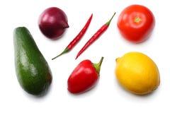 健康的食物 鲕梨、柠檬、蕃茄、红洋葱、大蒜、在白色背景和rucola叶子的混合隔绝的甜椒胡椒 免版税库存照片