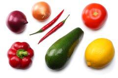 健康的食物 鲕梨、柠檬、蕃茄、红洋葱、大蒜、在白色背景和rucola叶子的混合隔绝的甜椒胡椒 免版税库存图片