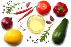 健康的食物 鲕梨、柠檬、蕃茄、红洋葱、大蒜、在白色背景和rucola叶子的混合隔绝的甜椒胡椒 库存图片