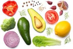 健康的食物 鲕梨、柠檬、蕃茄、红洋葱、大蒜、甜椒胡椒和沙拉的混合在白色背景顶视图 免版税库存照片
