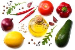健康的食物 鲕梨、柠檬、蕃茄、红洋葱、大蒜、甜椒胡椒和rucola的混合在白色背景离开 免版税库存照片