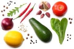 健康的食物 鲕梨、柠檬、蕃茄、红洋葱、大蒜、甜椒胡椒和rucola的混合在白色背景离开 免版税库存图片