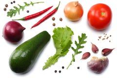 健康的食物 鲕梨、蕃茄、红洋葱、大蒜、胡椒和rucola叶子的混合在白色背景顶视图隔绝的 免版税库存照片