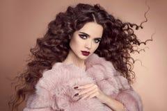 健康的头发 美好的深色的妇女模型魅力画象  免版税图库摄影