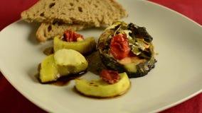 健康盘,与菜的烤oncorhynchus keta在白色板材 HD录影自转 影视素材