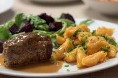 健康盘-烤牛肉肉卷 库存照片