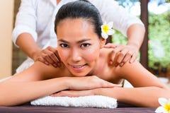 健康秀丽天温泉的印度尼西亚亚裔妇女 免版税库存照片