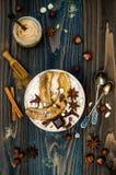 健康秋天和冬天早餐碗 柴茶灌输了被冠上的隔夜燕麦粥焦糖的香蕉,未加工的黑暗的chocola 库存图片