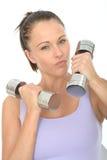 健康积极的与沉默寡言的响铃重量的适合坚定的少妇训练 免版税库存照片