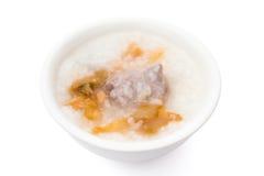 健康米与裁减路线的粥用咸芥末和猪肉 免版税库存照片