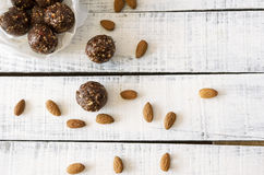健康素食主义者甜可口杏仁可可粉的球和鲜美食物 图库摄影