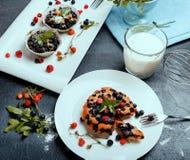 健康素食主义者香蕉蓝莓松饼用新鲜的莓果 免版税库存图片
