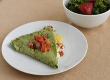 健康素食午餐盘用南瓜、乳酪、蕃茄和菠菜套 库存图片