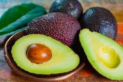 """健康素食食物†""""绿色成熟鲕梨,新的收获,机智 免版税库存照片"""