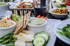 健康素食食物新作在一个室外咖啡馆 免版税图库摄影
