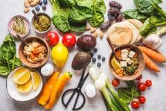 健康素食食物背景 与豆腐的菜、pesto和扁豆咖喱 库存图片