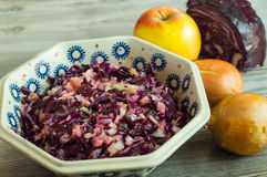 健康红叶卷心菜新鲜的沙拉 免版税库存图片