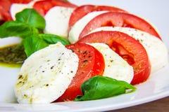 健康经典caprese沙拉-蕃茄、无盐干酪和蓬蒿 库存图片