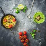 健康绿色圆滑的人用菠菜、素食煎蛋卷和南瓜籽 平的位置,顶视图 食物框架背景 免版税图库摄影
