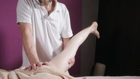 健康脚按摩 关闭做操纵按摩的整骨者 按摩女性的人手 温泉中心概念 影视素材