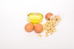 健康腰果,橄榄油,鸡蛋 免版税库存照片