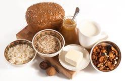 健康膳食用面包、牛奶和谷物 免版税图库摄影