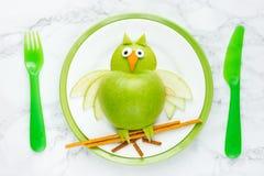 健康膳食的绿色苹果猫头鹰 免版税库存照片