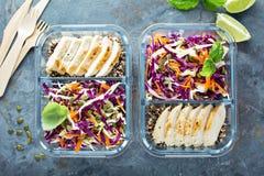 健康膳食预习功课容器用奎奴亚藜和鸡 免版税库存图片