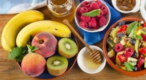 健康自创水果沙拉、新鲜的莓果和果子在木头 库存照片