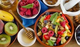 健康自创水果沙拉、新鲜的莓果和果子在ru 图库摄影