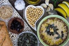 健康自创hummus食谱 在桌上的装饰的食物 免版税库存图片
