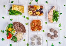 健康色拉盘用奎奴亚藜、蕃茄、鸡、鲕梨、石灰和混杂的绿色、莴苣、荷兰芹和鱼和烘干 免版税库存图片