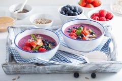 健康莓果圆滑的人碗用草莓蓝莓莓 免版税库存图片