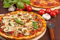 健康菜和蘑菇薄饼 免版税库存照片