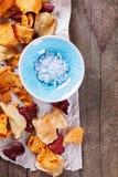 健康菜芯片和盐在土气背景 免版税库存图片