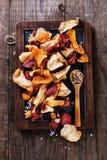 健康菜芯片和调味料在土气背景 库存图片