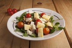 健康菠萝、蕃茄樱桃、坚果和教规沙拉 免版税库存图片